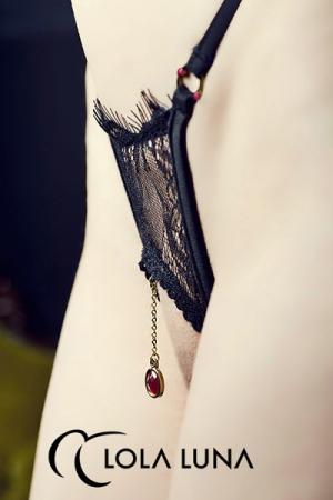 String ouvert Milena - Noir : String ouvert en dentelle à cils noire, décoré de bijoux dorés et de cristaux à facette rouge passion.