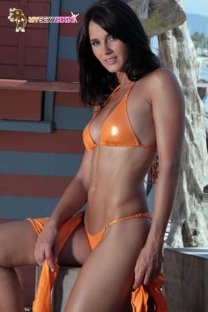 Maillot Brazil métallisé : Maillot bikini slip V en lycra métallisé, décoré de bijoux en véritable cristal Swarowski.